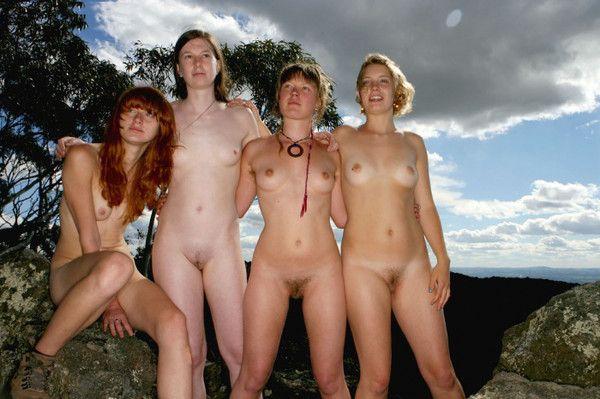 Groupe posant des filles nues