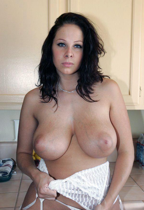 brune a gros seins